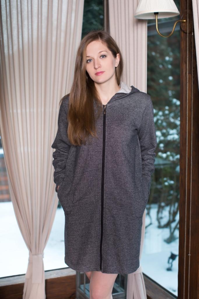 Халат160010Женский халат Marusя выполнен из хлопка с добавлением полиэстера. Модель средней длины с длинными рукавами имеет капюшон. Халат застегивается на застежку-молнию спереди, дополнен двумя накладными карманами.