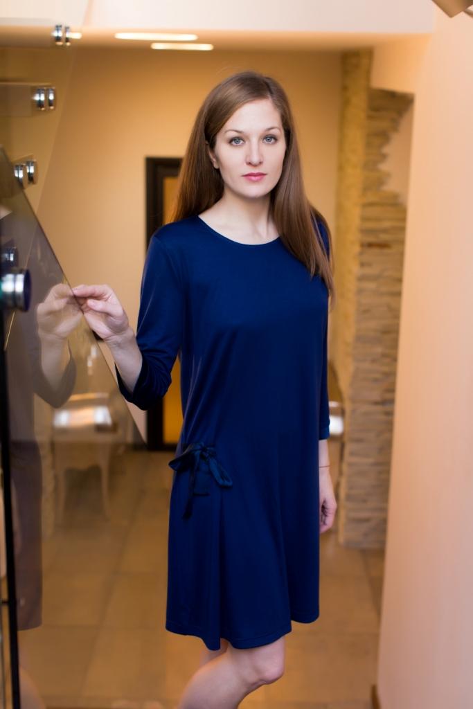 Платье домашнее160011Домашнее платье Marusя выполнено из вискозы с добавлением полиэстера. Платье-миди свободного кроя с круглым вырезом горловины и рукавами 3/4 спереди оформлено декоративными завязками.