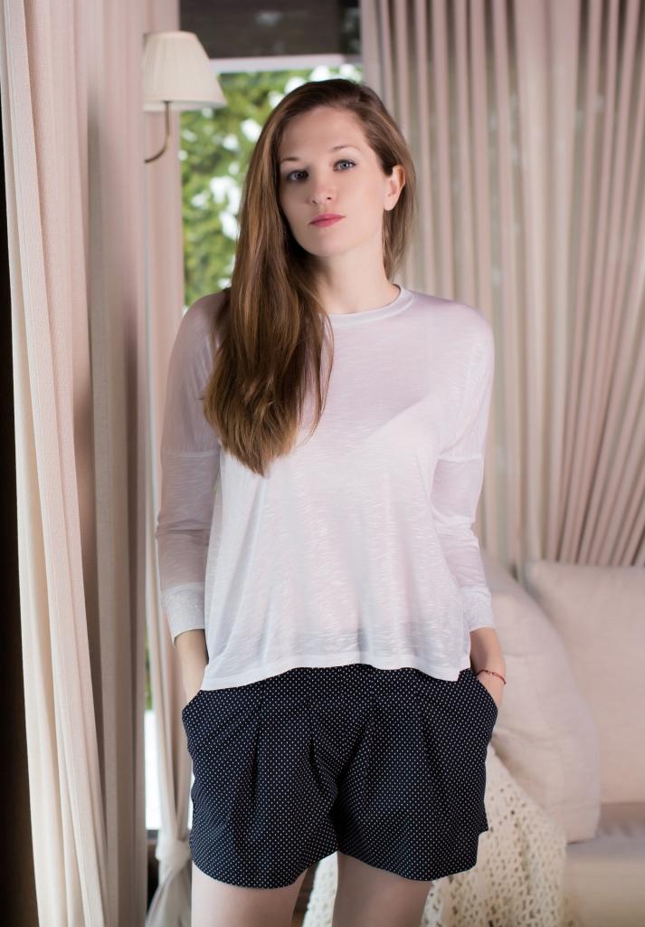 164001Домашний женский комплект одежды Marusя состоит из лонгслива и шорт. Лонгслив свободного кроя с круглым вырезом горловины и рукавами 3/4 выполнен из вискозы. Манжеты рукавов оформлены кружевом. Шорты, выполненные из натурального хлопка, дополнены эластичной резинкой на поясе и оформлены оригинальным принтом. Модель дополнена двумя втачными карманами.