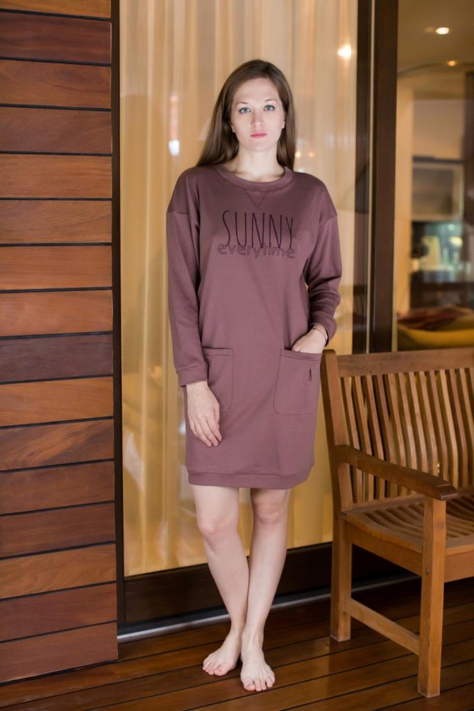 160073Домашнее платье Marusя выполнено из натурального хлопка и оформлено спереди буквенным принтом. Платье-миди свободного кроя с круглым вырезом горловины и длинными рукавами дополнено спереди двумя накладными карманами.