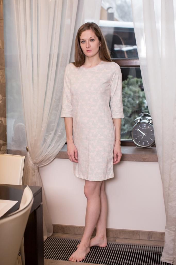160071Домашнее платье Marusя Лепестки выполнено из эластичного хлопка. Модель средней длины с рукавами до локтя имеет круглый вырез горловины. Изделие оформлено мелким цветочным узором.