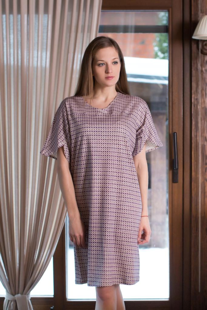 160085Домашнее платье Marusя Орнамент выполнено из натурального хлопка. Модель средней длины с короткими цельнокроеными рукавами имеет круглый вырез горловины. Платье оформлено мелким цветочным принтом.
