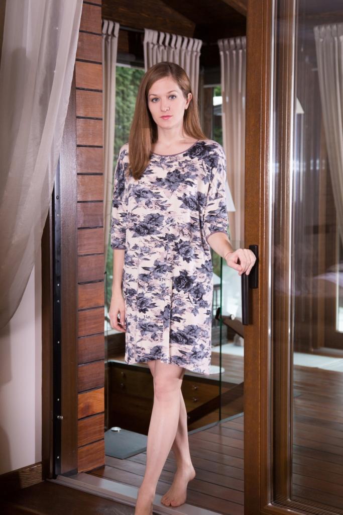 Платье домашнее160093Домашнее платье Marusя Розы выполнено из эластичной вискозы. Модель средней длины с рукавами до локтя имеет круглый вырез горловины. Изделие оформлено крупным принтом с изображением роз.