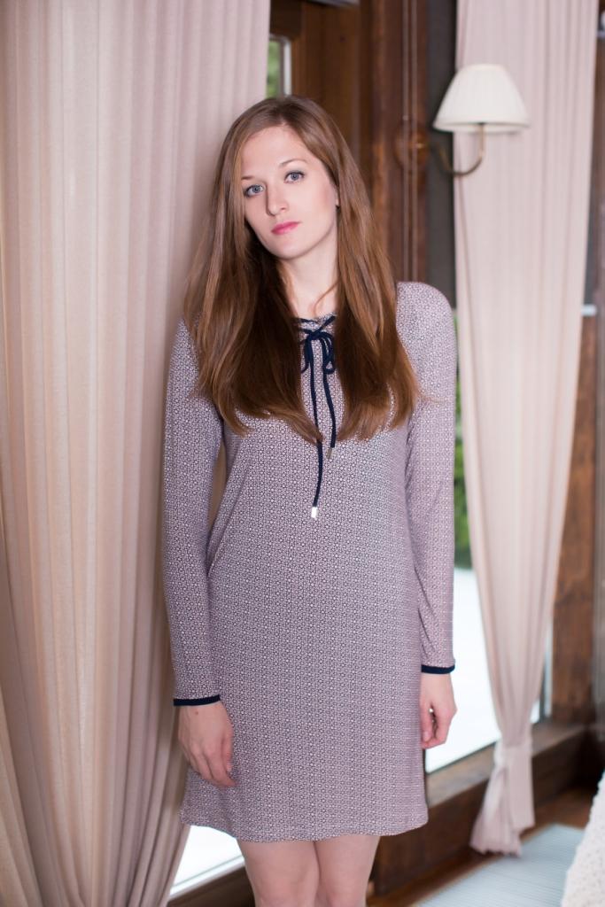 Платье домашнее160028Домашнее платье Marusя выполнено из эластичной вискозы. Платье-миди свободного кроя с капюшоном и длинными рукавами оформлено оригинальным принтом. Капюшон дополнен шнурком.