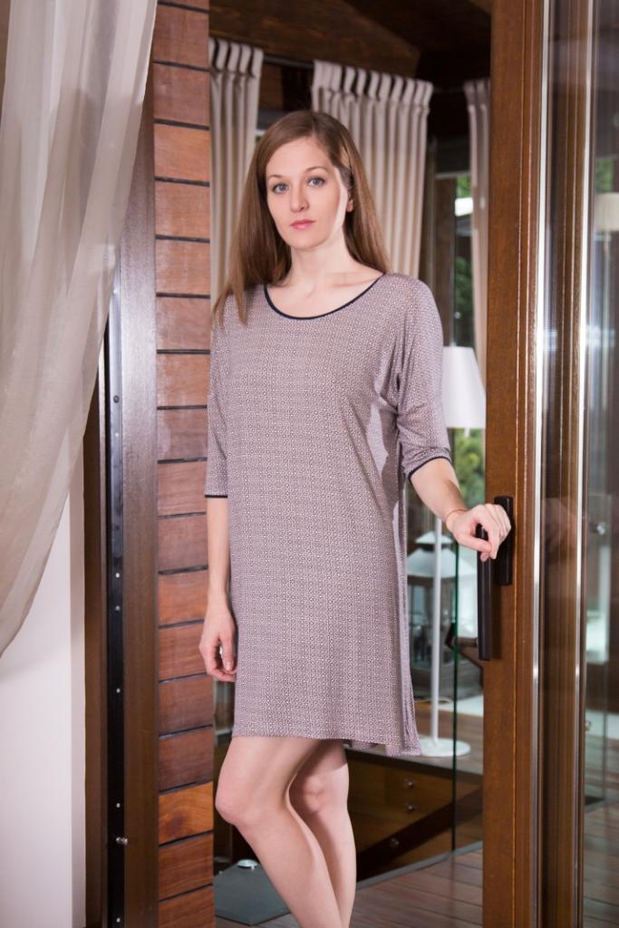 160095Домашнее платье Marusя Соты выполнено из вискозы с добавлением эластана. Платье свободного кроя с круглым вырезом горловины и рукавами 3/4 оформлено оригинальным принтом. Спинка модели удлинена.