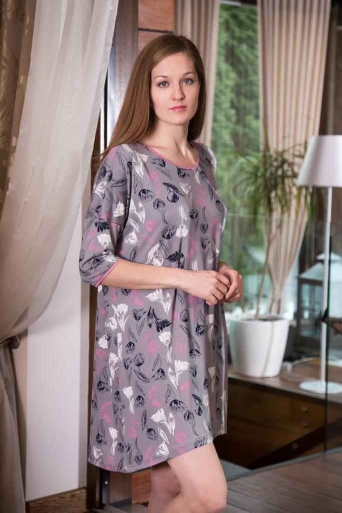 Платье домашнее160094Домашнее платье Marusя Тюльпаны выполнено из эластичной вискозы. Модель средней длины с рукавами до локтя имеет круглый вырез горловины. Изделие оформлено крупным принтом с изображением тюльпанов.