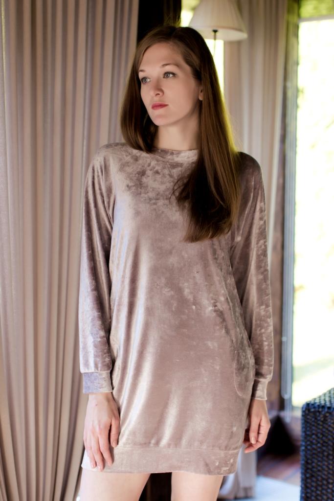 160030Домашнее платье Marusя выполнено из вискозы с добавлением полиэстера. Модель средней длины с длинными рукавами-реглан имеет круглый вырез горловины. Изделие дополнено двумя втачными карманами и имеет оригинальную бархатистую текстуру.