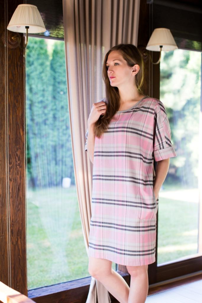 160020Домашнее платье Marusя выполнено из натурального хлопка и оформлено оригинальным принтом. Платье-миди с круглым вырезом горловины и цельнокроеными рукавами до локтя застегивается на пуговицы, расположенные на спинке. Рукава дополнены декоративными отворотами. Спереди расположены два втачных кармана.