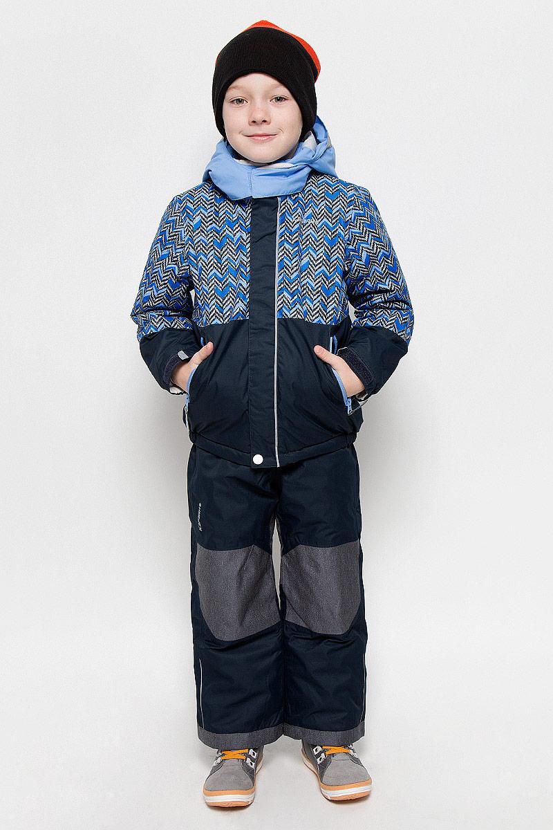 652103503IV_947Комплект для мальчика Icepeak Jake Kd, состоящий из куртки и полукомбинезона, выполнен из 100% полиэстера. Материал изготовлен при помощи технологии Icemax, которая обеспечит вашему ребенку надежную защиту от ветра и влаги. Все швы куртки и брюк проклеены, для обеспечения дополнительной защиты от непогоды. В качестве подкладки также используется полиэстер. Утеплителем служит материал FinnWad, который обладает высокими теплоизоляционными свойствами. Куртка с воротником-стойкой и съемным капюшоном застегивается на застежку-молнию с защитой для подбородка и ветрозащитной планкой на липучках и кнопках. Капюшон пристегивается к изделию за счет кнопок. Низ изделия дополнен эластичными вставками, а низ рукавов - хлястиками на липучках. Спереди расположены два прорезных кармана на застежках-молниях. Куртка оформлена оригинальным рисунком. Полукомбинезон застегивается на пуговицу и имеет ширинку на застежке-молнии. Модель оснащена эластичными наплечными лямками, регулируемыми по длине. Пояс,...