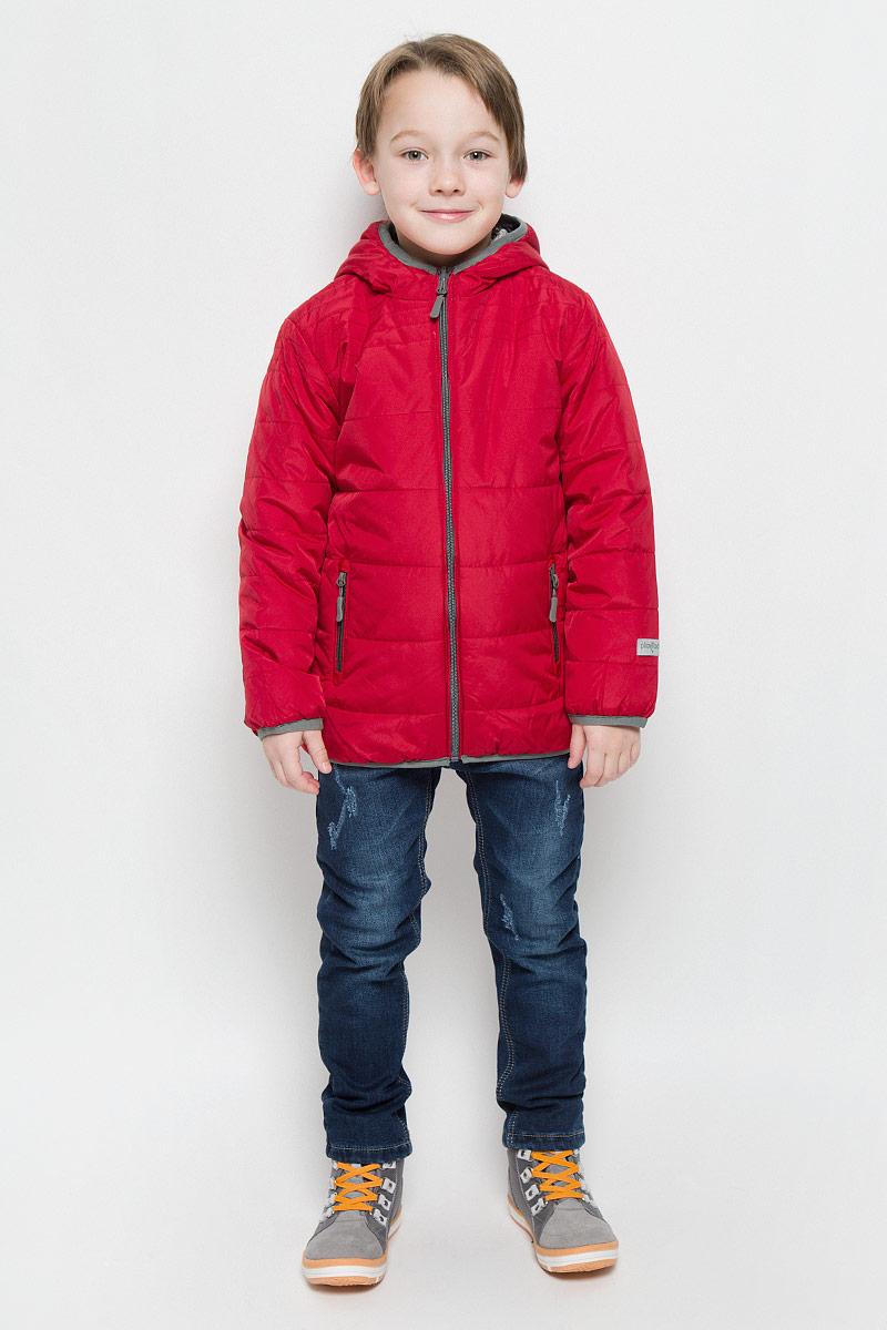 361002Стильная и яркая стеганая куртка для мальчика PlayToday изготовлена из полиэстера. Куртка с несъемным капюшоном застегивается на молнию. Края куртки обработаны эластичным кантом. Двухстороннюю модель можно носить как с однотонной стороны, так и с принтованной в стиле милитари. С каждой стороны предусмотрены два прорезных кармана. Изделие оснащено светоотражающими элементами для безопасности ребенка в темное время суток.