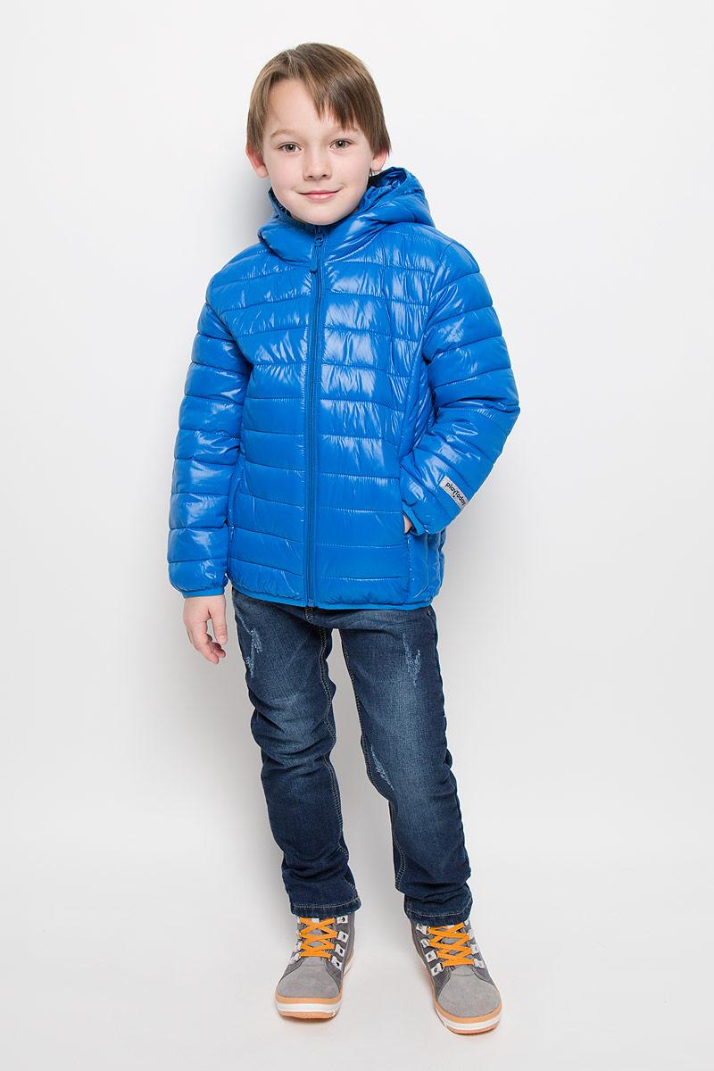 361053Уютная теплая куртка с капюшоном. Застегивается на молнию с внутренней ветрозащитной планкой и защитой подбородка. Украшена стильным принтом с микросхемами. Рукава и низ на резинке, капюшон утягивается стопперами.