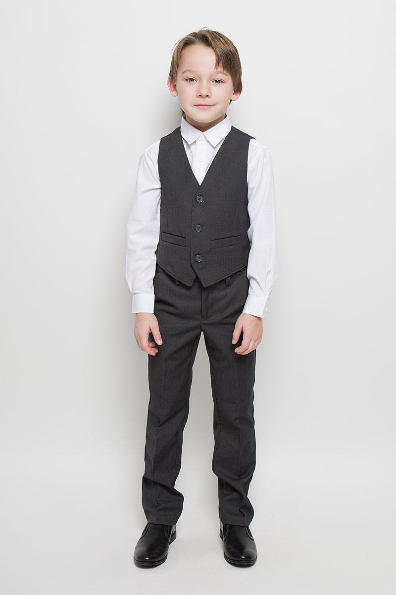 363024Комплект для мальчика Scool, состоящий из жилета и брюк, идеально подойдет вашему ребенку. Изготовленный из высококачественного материала, он необычайно мягкий и приятный на ощупь, не сковывает движения и не раздражает даже самую нежную и чувствительную кожу ребенка, обеспечивая ему наибольший комфорт. Жилет классического кроя с V-образным вырезом горловины спереди застегивается на пуговицы и дополнен двумя прорезными кармашками. Для удобства на спинке предусмотрен хлястик для регулировки изделия по ширине. Брюки классического кроя на талии имеют пояс на пуговице, также имеются шлевки для ремня и ширинка на застежке-молнии. С внутренней стороны пояс можно утянуть скрытой резинкой на пуговицах. Спереди брюки дополнены двумя втачными карманами с косыми краями, а сзади - одним прорезным карманом на пуговице. Оформлены брюки заутюженными стрелками. Оригинальный дизайн и модная расцветка делают этот комплект незаменимым предметом детского гардероба. В нем...