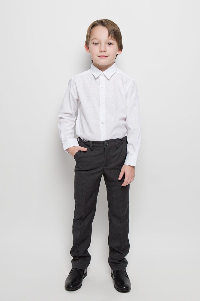 461003Лаконичная нарядная рубашка PlayToday изготовлена из полиэстера и хлопка. Классическая модель с отложным воротником и длинными рукавами с усеченными углами застегивается на пуговицы. На манжетах также имеются застежки-пуговицы. Изделие украшено узором с легким матовым блеском.