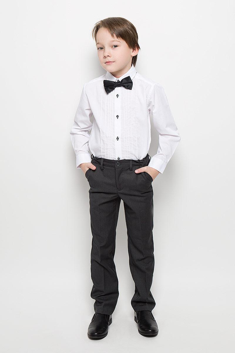 Рубашка461005Нарядная рубашка для мальчика PlayToday изготовлена из полиэстера, хлопка и эластана. Классическая модель с отложным воротником и длинными рукавами с усеченными углами застегивается на пуговицы. На манжетах также имеются застежки-пуговицы. Изделие украшено декоративными вертикальными швами по линии планки. Контрастная отделка петель придает оригинальности. Рубашка дополнена атласным галстуком-бабочкой с пластиковой застежкой. Галстук регулируется по длине.