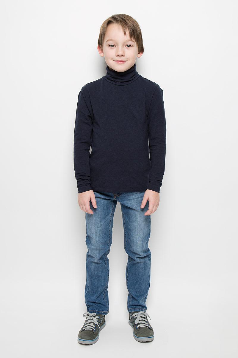 Tt-811/1023-6332Водолазка для мальчика Sela выполнена из эластичного хлопка. Модель имеет воротник-гольф и длинные рукава.