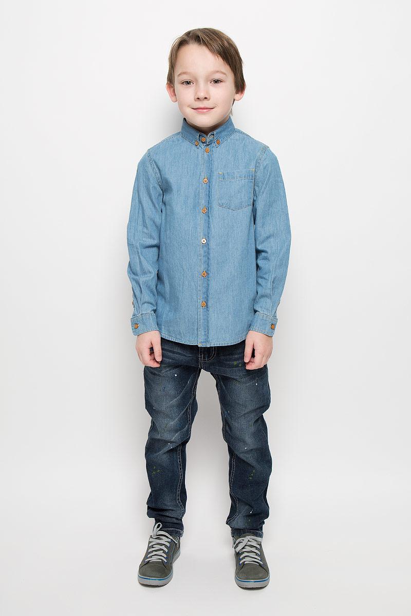 216BBBC2302D200Джинсовая рубашка для мальчика Button Blue изготовлена из натурального хлопка. Рубашка с отложным воротником и длинными рукавами застегивается на пуговицы. На воротнике и манжетах также предусмотрены застежки-пуговицы. На груди расположен накладной карман.