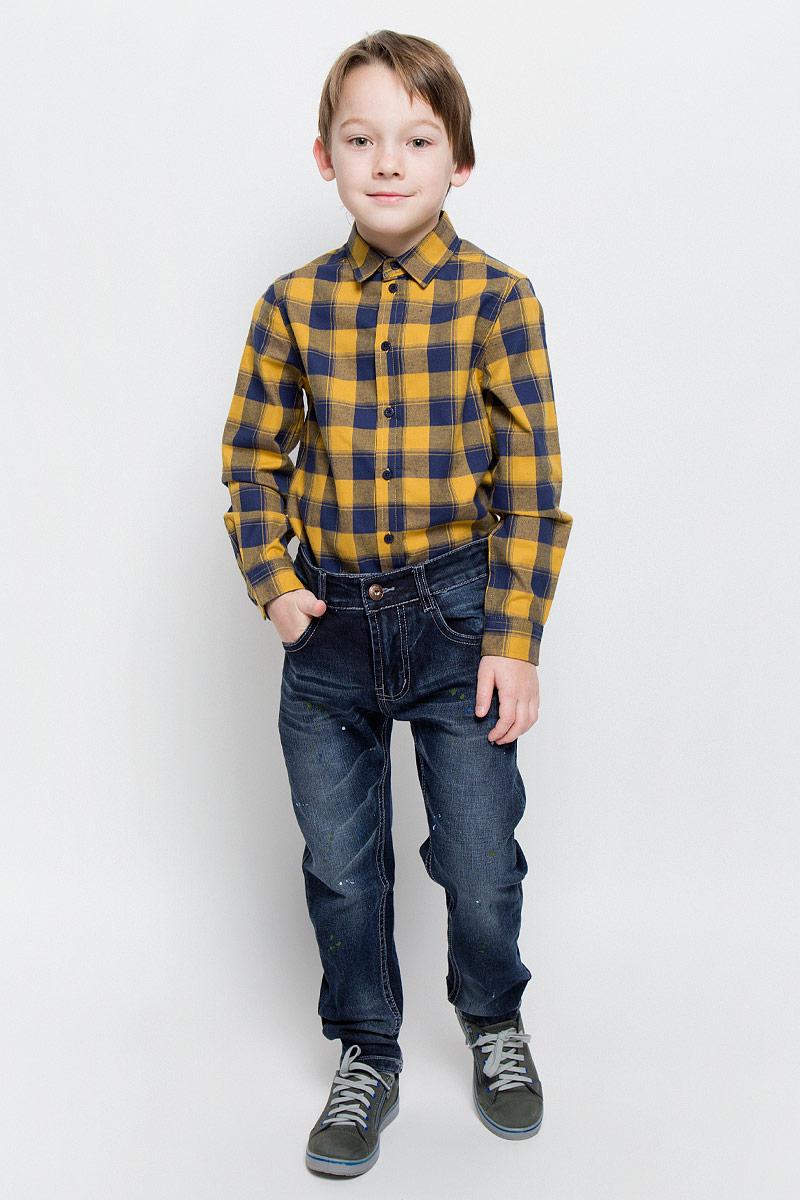 206376Стильные джинсы для мальчика Sweet Berry изготовлены из эластичного хлопка. Модель слегка заужена к низу. Джинсы застегиваются на пуговицу и имеют ширинку на застежке-молнии. На изделии предусмотрены шлевки для ремня. Регулировка в поясе на эластичной тесьме с пуговицами обеспечит идеальную посадку по фигуре. Спереди расположены два втачных кармана и один маленький накладной, сзади - два накладных. Модель оформлена потертостями, перманентными складками и принтом. Украшены джинсы вышитой надписью и нашивкой.