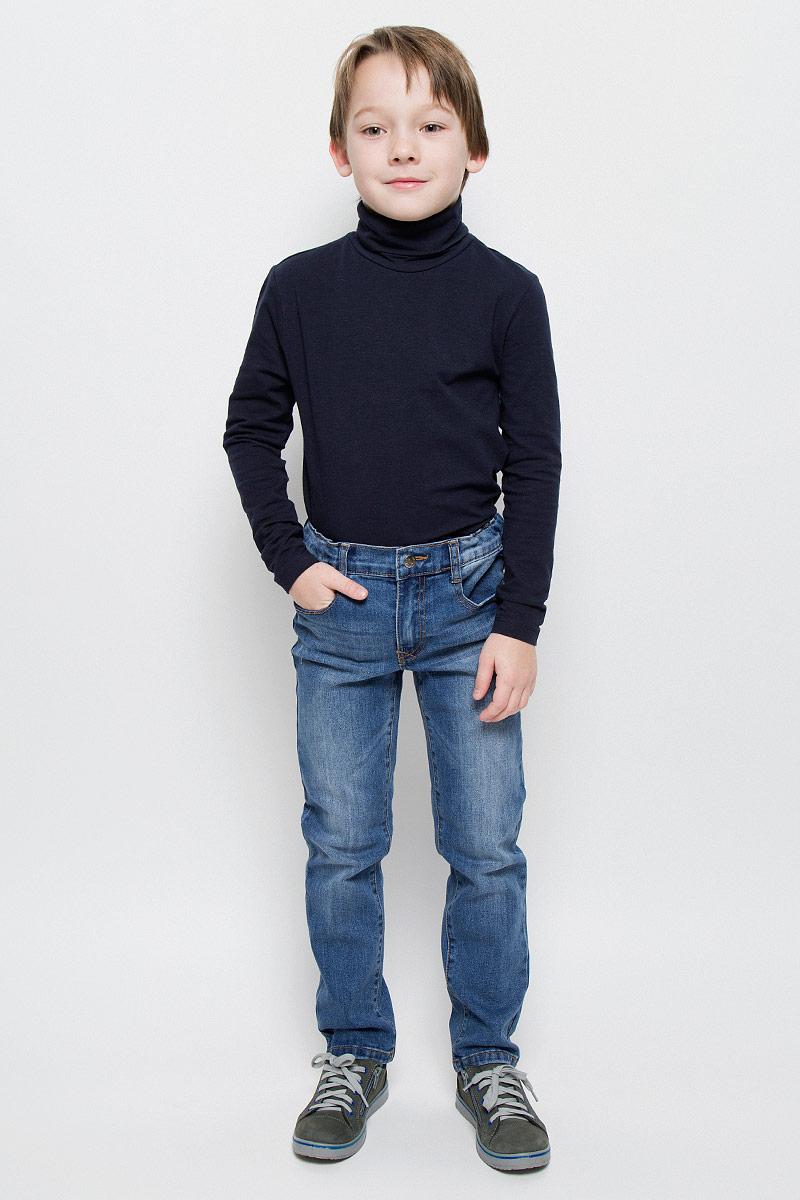 361058Стильные джинсы для мальчика PlayToday изготовлены из хлопка с добавлением полиэстера, вискозы и эластана. Прямые джинсы застегиваются на кнопку и имеют ширинку на застежке-молнии. На модели предусмотрены шлевки для ремня. Регулировка в поясе на эластичной тесьме с пуговицами обеспечит идеальную посадку по фигуре. Спереди расположены два втачных кармана и один накладной, сзади - два накладных кармана. Изделие оформлено перманентными складками и модными потертостями.