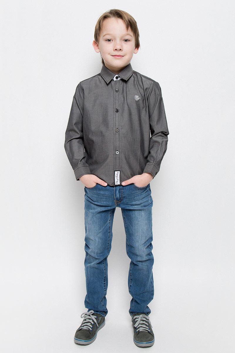 451004Рубашка для мальчика PlayToday изготовлена из хлопка и полиэстера. Классическая модель с отложным воротником и длинными рукавами застегивается на пуговицы. На манжетах также имеются застежки-пуговицы. Изделие украшено небольшой вышивкой на груди и фирменной нашивкой в нижней части.