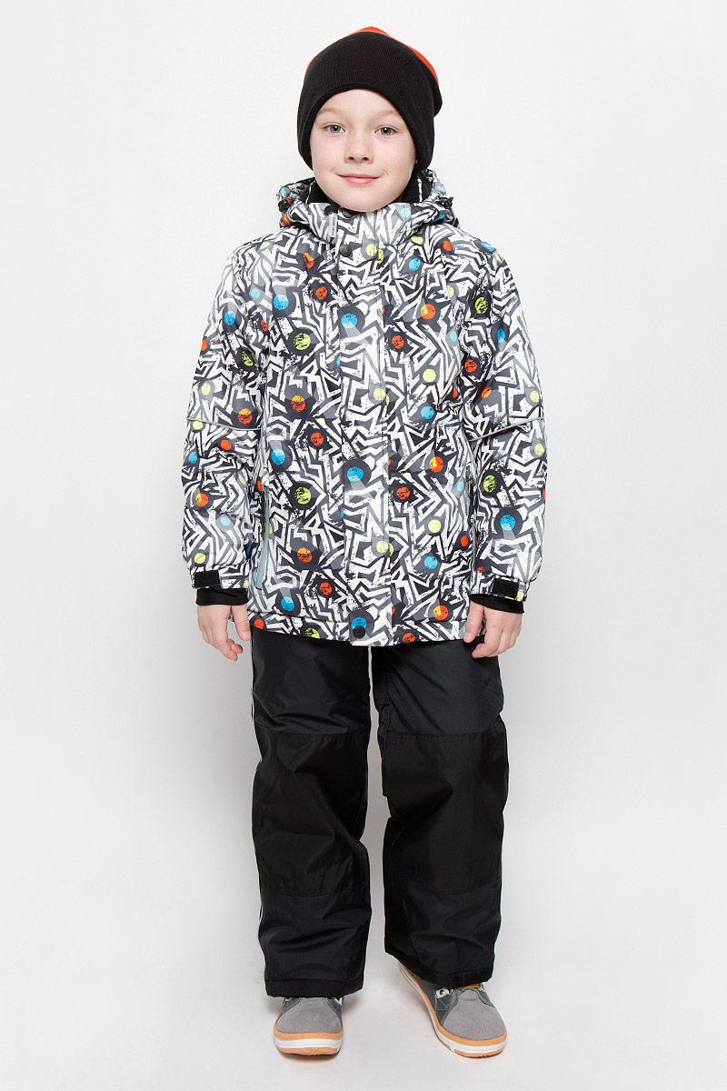 Комплект верхней одежды206415Комплект для мальчика Sweet Berry состоит из куртки и полукомбинезона, изготовленных из мембранной, износостойкой, ветронепроницаемой и дышащей ткани с водонепроницаемой (10000 мм) и грязеотталкивающей пропиткой (10000 мм). Швы проклеены. Куртка с капюшоном и воротником-стойкой застегивается на пластиковую застежку-молнию с защитой подбородка и дополнительно имеет ветрозащитный клапан на кнопках с липучками. Капюшон, дополненный скрытой резинкой со стопперами, пристегивается к куртке при помощи застежки-молнии и кнопок. Мягкая подкладка на воротнике и капюшоне обеспечивает дополнительный комфорт. Спереди куртка дополнена двумя прорезными карманами на молниях. Также имеется накладной карман с изнаночной стороны. Внутри предусмотрена снегозащитная юбка. Края рукавов дополнены внутренними трикотажными манжетами с отверстиями для больших пальцев и хлястиком на липучке для регулировки обхвата. Понизу проходит скрытая эластичная резинка со стопперами. Полукомбинезон с небольшой...