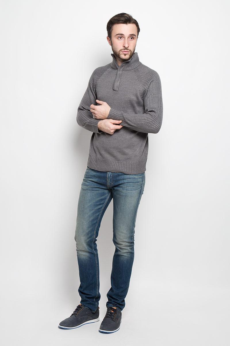 СвитерА55017Стильный мужской свитер Epic Hero с воротником-стойкой и длинными рукавами изготовлен из высококачественной акриловой пряжи. Горловина, низ и рукава свитера связаны резинкой. Воротник у модели застёгивается на молнию.