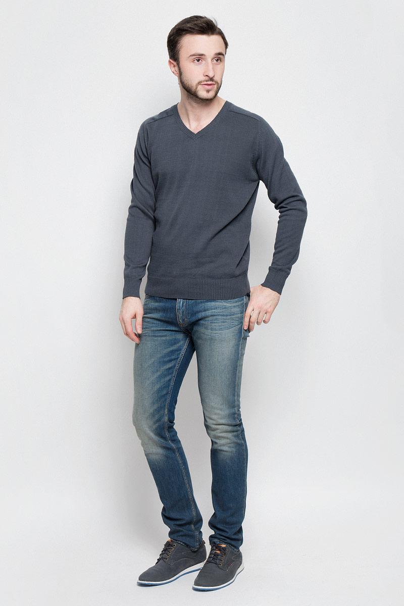 А40018Мужской джемпер Aussie с V-образным вырезом горловины и длинными рукавами изготовлен из высококачественной хлопковой пряжи. Горловина, низ и манжеты джемпера связаны резинкой. Спинка изделия декорирована вышивкой с названием бренда.
