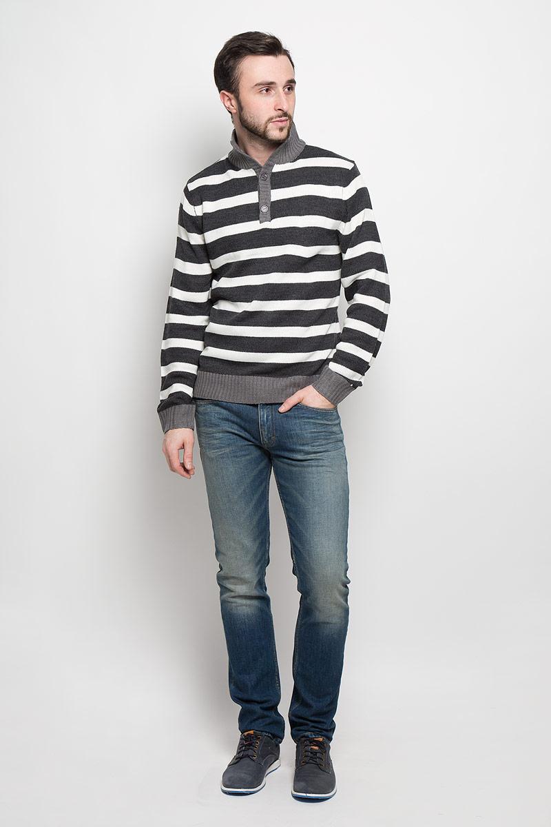 А4500904Стильный мужской свитер D&H с воротником стойкой и длинными рукавами изготовлен из высококачественной акриловой пряжи. Горловина, низ и манжеты свитера связаны резинкой. Модель застегивается на груди на две пуговицы и оформлена узором в виде контрастных полосок.