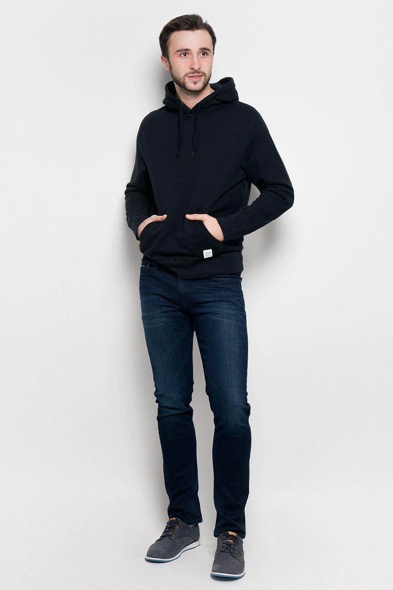 Толстовка10000656001Мужская толстовка Converse Sportswear Pull-Over Hood с длинными рукавами и капюшоном изготовлена из натурального хлопка. Модель имеет комфортные плоские швы. Объем капюшона регулируется при помощи шнурка-кулиски. Толстовка дополнена накладным карманом-кенгуру спереди.