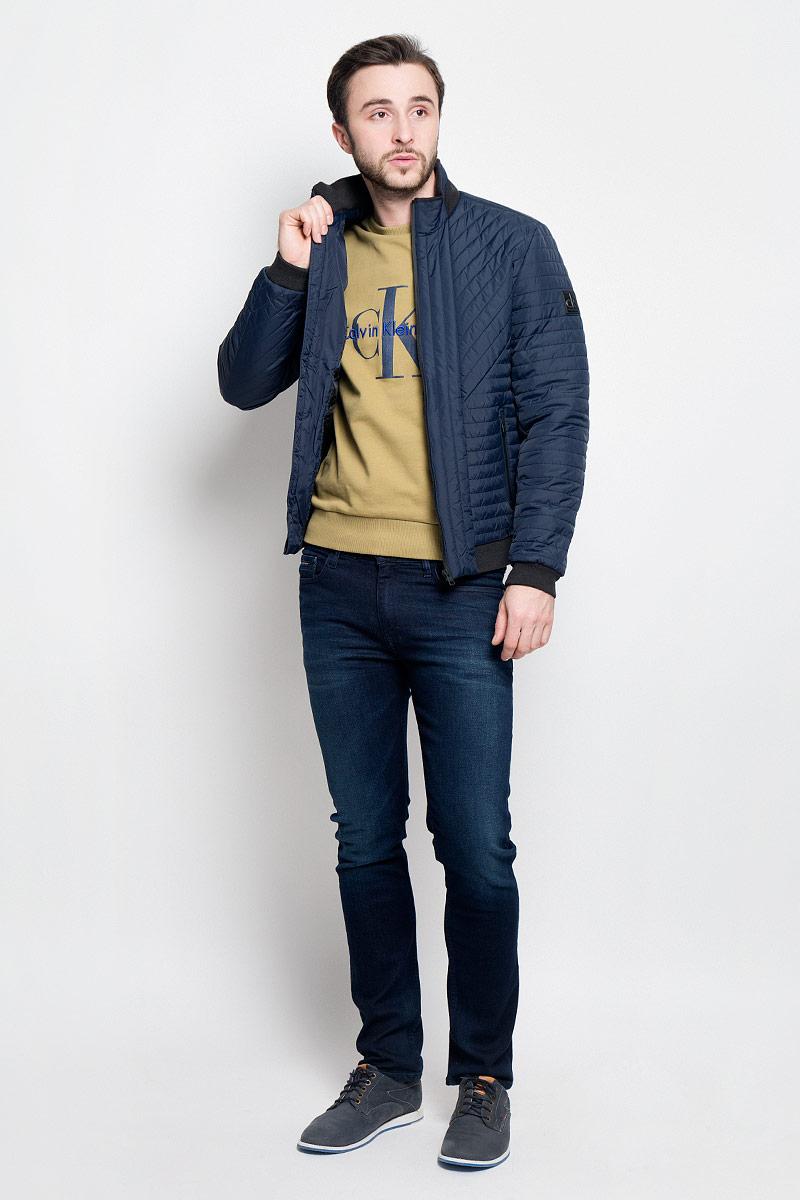 КурткаJ30J304274_4020Стильная мужская куртка Calvin Klein Jeans изготовлена из высококачественного полиамида с подкладкой из полиэстера. В качестве наполнителя используется полиэстер. Куртка с воротником-стойкой застегивается на застежку-молнию. Воротник дополнен трикотажной резинкой. Спереди имеются два прорезных кармана на молниях, с внутренней стороны - прорезной карман. Манжеты рукавов и низ куртки дополнены трикотажными резинками.