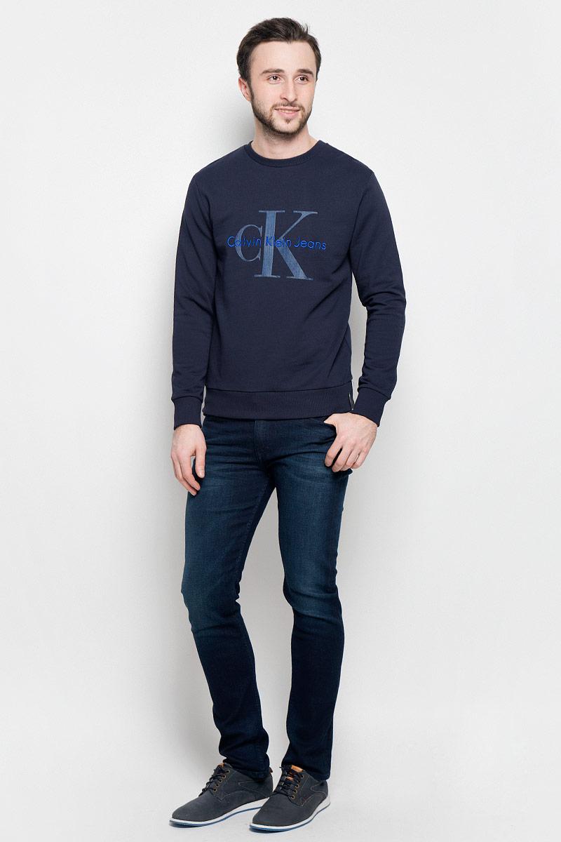 J30J301241_3460Стильная мужская толстовка Calvin Klein Jeans изготовлена из натурального хлопка. Лицевая сторона гладкая, изнаночная - с небольшими петельками. Модель с круглым вырезом горловины и длинными рукавами оформлена фирменными принтом и вышивкой. Манжеты рукавов, воротник и низ толстовки дополнены трикотажными резинками.