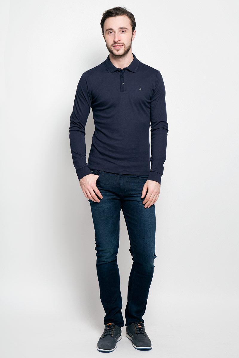J30J300625_4020Стильное мужское поло Calvin Klein Jeans изготовлено из натурального хлопка. Модель с длинными рукавами и отложным воротником станет идеальным вариантом для создания современного образа. Сверху поло застегивается на три пуговицы. По бокам имеются небольшие разрезы. Спинка немного удлинена. Низ рукавов дополнен эластичными манжетами.