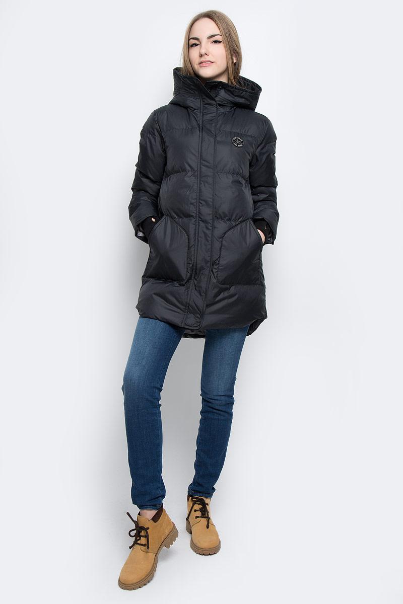 Куртка10001026001Удобная женская куртка Converse Core Long Length Puffer согреет вас в прохладную погоду и позволит выделиться из толпы. Модель с длинными рукавами и несъемным капюшоном выполнена из высококачественного полиэстера и застегивается на молнию спереди. Изделие дополнено спереди двумя накладными карманами без застежки, а с внутренней стороны имеется втачной карман на кнопке. Рукава модели оформлены трикотажными манжетами с прорезью для большого пальца. Плотный наполнитель из синтепона и подкладка из полиэстера надежно сохранят тепло, благодаря чему такая куртка защитит вас от ветра и холода.