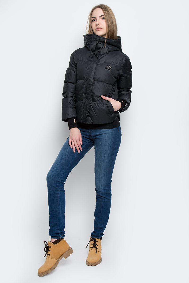 10001025001Удобная женская куртка Converse Core Mid Length Puffer согреет вас в прохладную погоду и позволит выделиться из толпы. Модель с длинными рукавами и несъемным капюшоном выполнена из высококачественного полиэстера и застегивается на молнию спереди. Изделие дополнено спереди двумя втачными карманами на кнопках, а рукава оформлены трикотажными манжетами с прорезью для большого пальца. Плотный наполнитель из синтепона и подкладка из полиэстера надежно сохранят тепло, благодаря чему такая куртка защитит вас от ветра и холода.