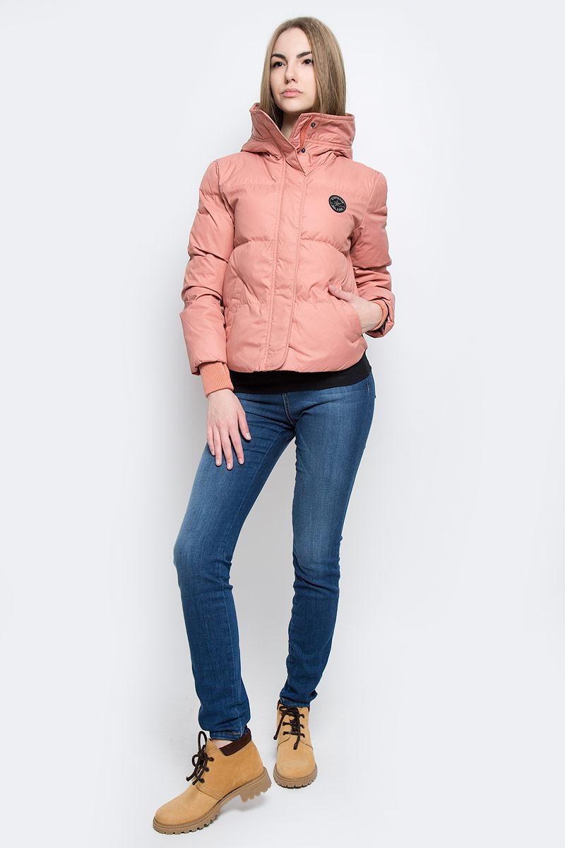 Куртка10001025001Удобная женская куртка Converse Core Mid Length Puffer согреет вас в прохладную погоду и позволит выделиться из толпы. Модель с длинными рукавами и несъемным капюшоном выполнена из высококачественного полиэстера и застегивается на молнию спереди. Изделие дополнено спереди двумя втачными карманами на кнопках, а рукава оформлены трикотажными манжетами с прорезью для большого пальца. Плотный наполнитель из синтепона и подкладка из полиэстера надежно сохранят тепло, благодаря чему такая куртка защитит вас от ветра и холода.