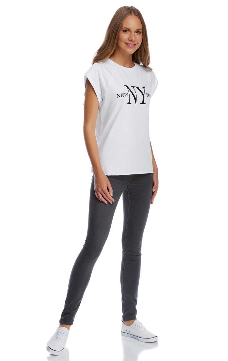 Футболка14707001-6/46154/1029PСтильная женская футболка oodji Ultra выполнена из натурального хлопка. Модель с круглым вырезом горловины и короткими рукавами-реглан оформлена оригинальным принтом с надписями. По низу футболка имеет необработанные швы.
