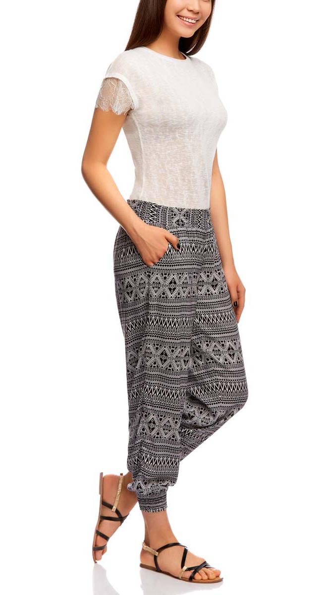 11700208-2/45470/7912FЛегкие женские брюки oodji выполнены из 100% вискозы, на талии широкая эластичная резинка. Модель свободного кроя со средней посадкой, низ брючин дополнен резинками. Спереди изделие дополнено втачными карманами.