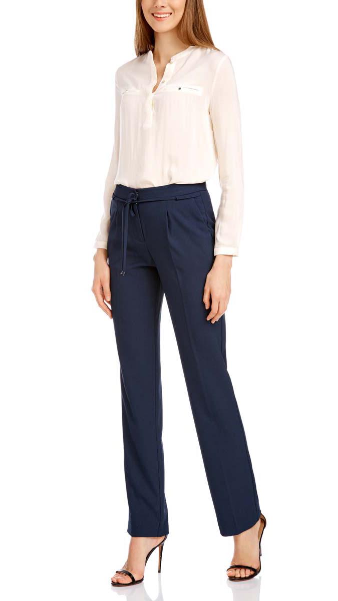 21705072-3/45094/7900NСтильные женские брюки oodji полностью выполнены из полиэстера, комфортного при движении. Модель со стандартной посадкой оформлена сзади декоративными вшитыми карманами. Спереди брюки имеют гульфик на молнии и застегиваются на пуговицу и застежку-крючок. Также брюки оснащены открытыми карманами, завязками и шлевками.