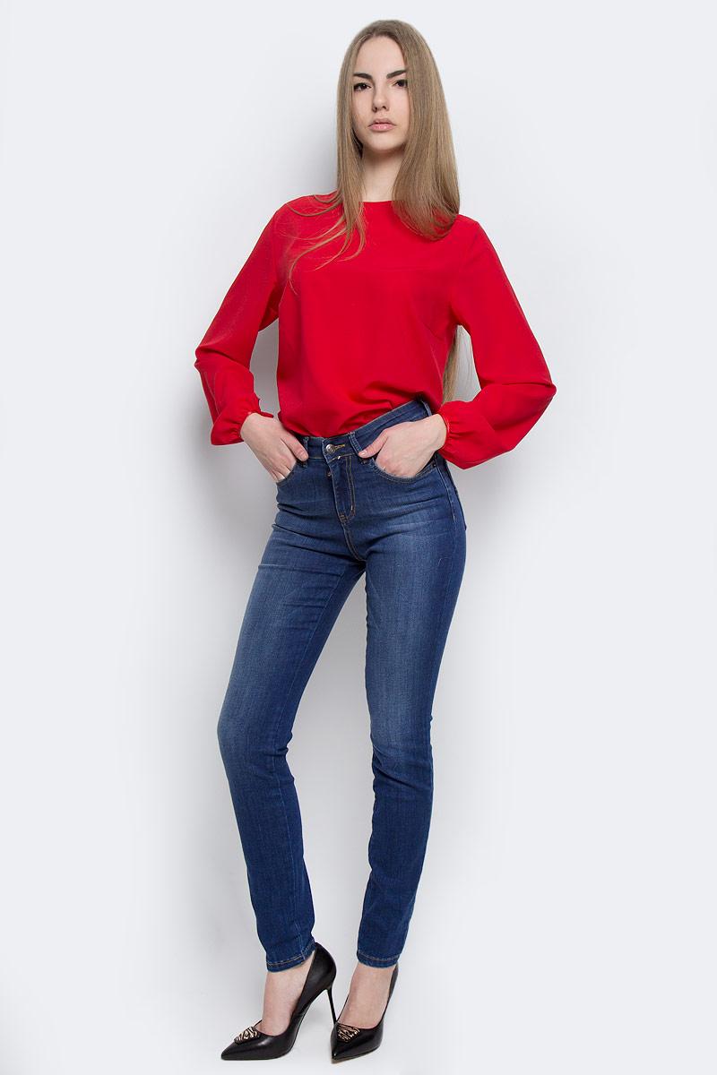 Джинсы19733Стильные женские джинсы F5 выполнены из качественного комбинированного материала. Модель-слим застегивается на металлическую пуговицу в поясе и ширинку на застежке-молнии, имеются шлевки для ремня. Джинсы с завышенной талией имеют классический пятикарманный крой: спереди модель дополнена двумя втачными карманами и одним маленьким накладным кармашком, а сзади - двумя накладными карманами. Изделие оформлено контрастной строчкой.