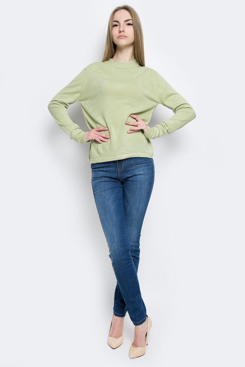А70025Модный женский джемпер Classic, изготовленный из качественной акриловой пряжи, мягкий и приятный на ощупь, не сковывает движений. Модель с круглым вырезом горловины и длинными рукавами выполнен в лаконичном дизайне. Горловина джемпера изготовлена из трикотажной резинки.