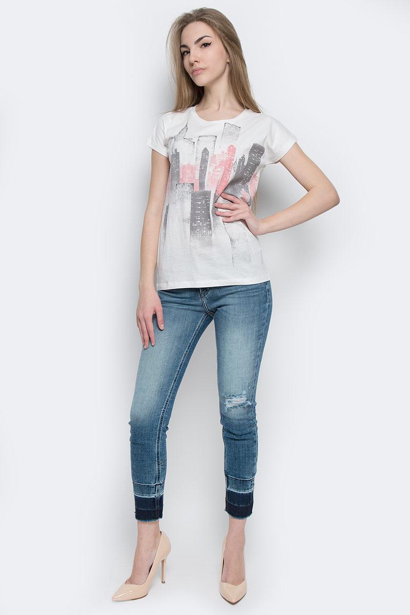 ФутболкаJ20J204628_0040Женская футболка Calvin Klein Jeans, выполненная из натурального хлопка, поможет создать отличный современный образ в стиле Casual. Футболка с круглым вырезом горловины и короткими-цельнокроеными рукавами. Модель оформлена фирменным принтом и надписью. Такая футболка станет стильным дополнением к вашему гардеробу.