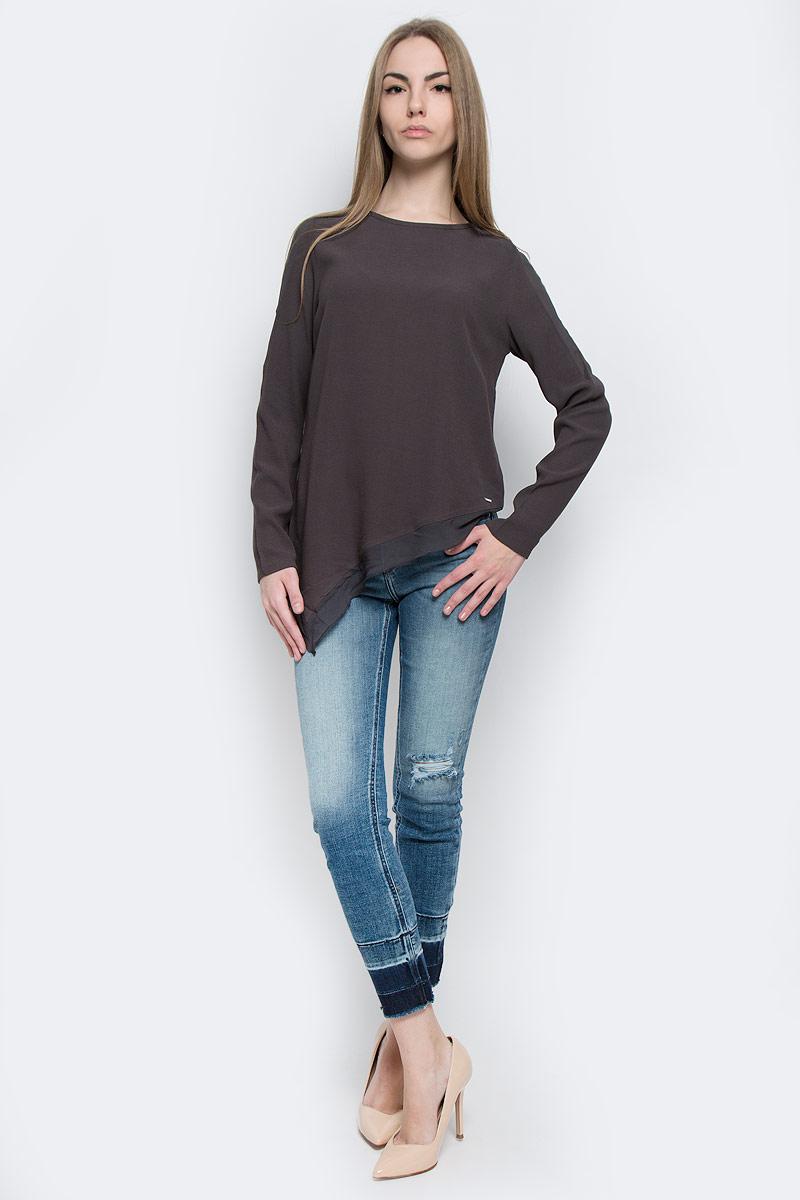 J20J201251_0040Стильная женская блузка Calvin Klein Jeans, выполненная из натуральной вискозы и полиэстера, подчеркнет ваш уникальный стиль и поможет создать женственный образ. Модель c круглым вырезом горловины и длинными рукавами застегивается на потайную молнию по спинке. Низ изделия по одной стороне удлинен. Рукава по всей длине и низ блузки оформлены вставками из полупрозрачной ткани.