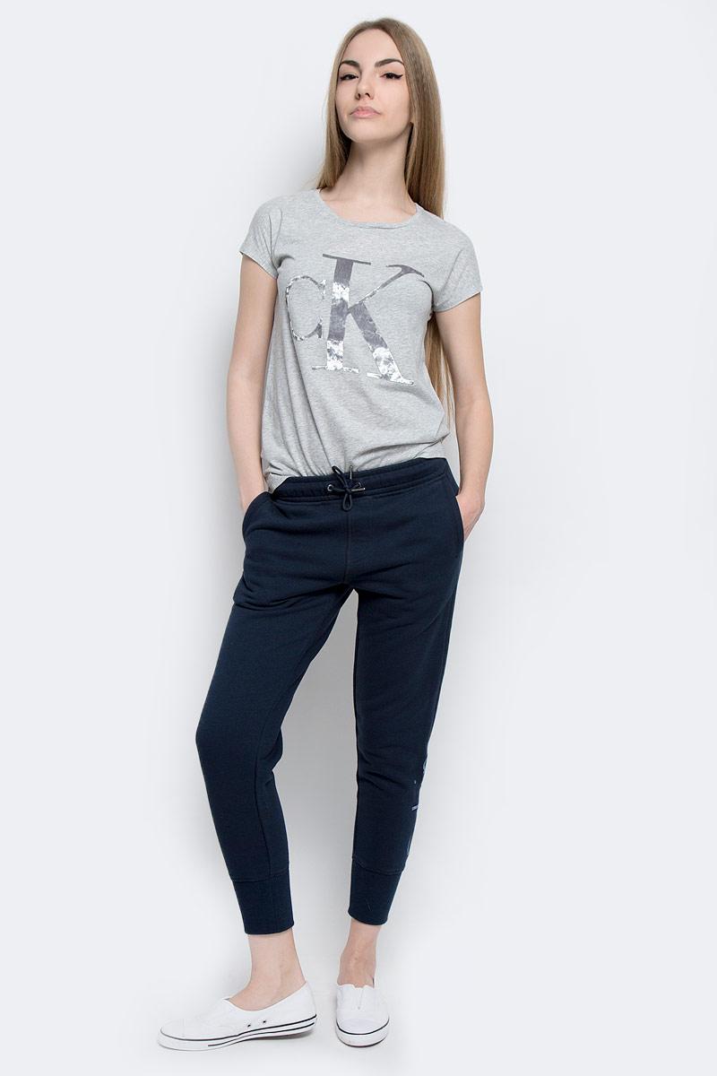 Брюки спортивныеJ20J201232_4720Женские спортивные брюки Calvin Klein Jeans, изготовленные из хлопка с добавлением полиэстера, идеально подходят как для активного отдыха, так и для неспешных прогулок. Модель выполнена на эластичном поясе, который дополнен с внутренней стороны эластичной резинкой с названием бренда. Обхват талии регулируется с помощью затягивающегося шнурка. Спереди модель дополнена двумя втачными карманами, а сзади двумя прорезными. Низ брючин выполнен на трикотажной резинке. Оформлены брюки принтом с вышитым названием бренда.