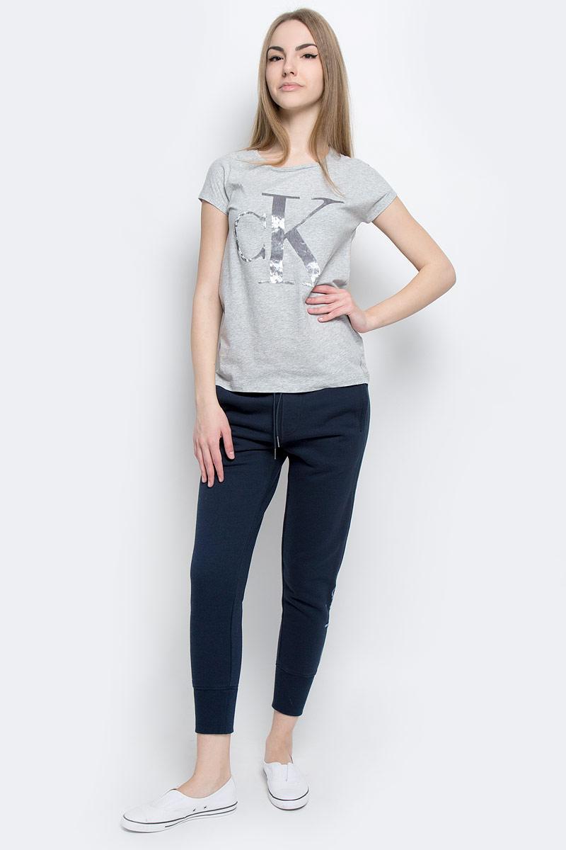 ФутболкаJ20J201330_0380Женская футболка Calvin Klein Jeans, выполненная из натурального хлопка, поможет создать отличный современный образ в стиле Casual. Футболка с круглым вырезом горловины и короткими-цельнокроеными рукавами. Модель оформлена фирменным принтом с логотипом бренда.