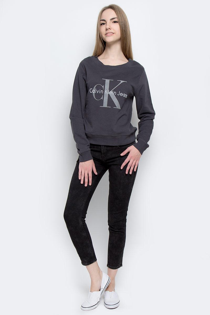 J20J201055_9053Стильные женские джинсы Calvin Klein Jeans выполнены из качественного комбинированного материала. Модель-скинни застегивается на металлическую пуговицу в поясе и ширинку на застежке-молнии, имеются шлевки для ремня. Джинсы со стандартной талией имеют классический пятикарманный крой: спереди модель дополнена двумя втачными карманами и одним маленьким накладным кармашком, а сзади - двумя накладными карманами. Изделие оформлено контрастной отстрочкой и по бокам брючин стильным вышитым узором.