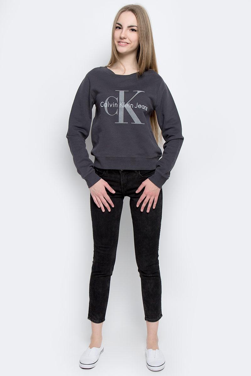 СвитшотJ20J201323_0040Модный женский свитшот Calvin Klein Jeans, изготовленный из натурального хлопка, мягкий и приятный на ощупь с внутренней стороны выполнен небольшими петельками. Модель с круглым вырезом горловины и длинными рукавами оформлена принтом с логотипом бренда. Горловина, манжеты рукавов и низ изделия изготовлены из трикотажной резинки.