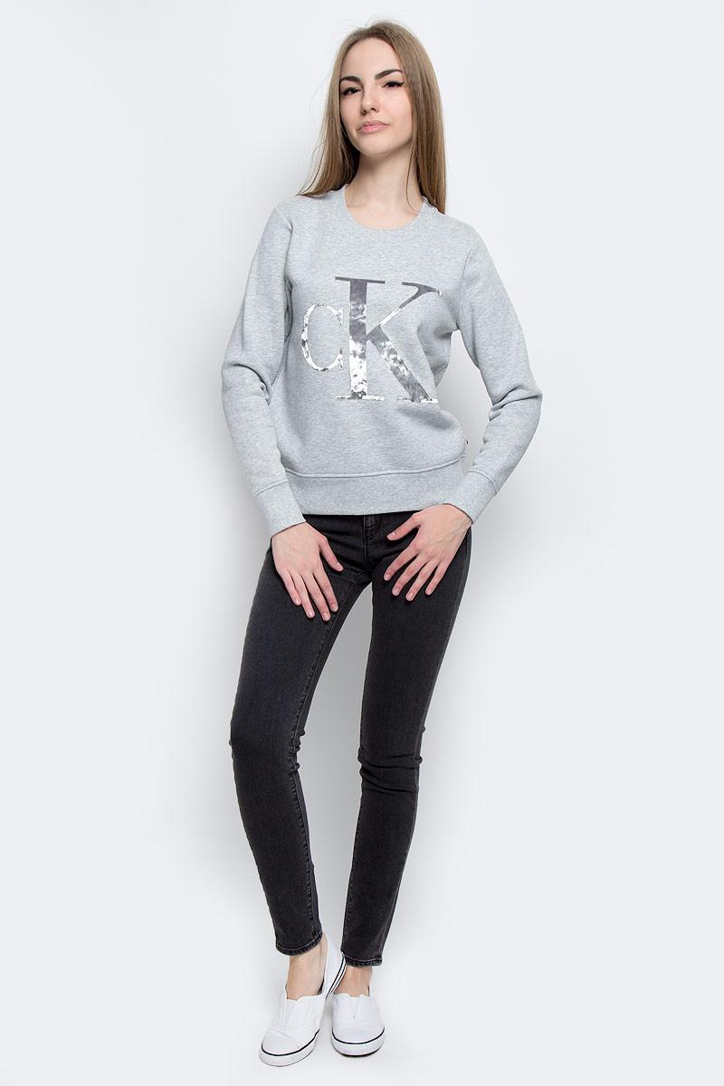 J20J204668_9013Стильные женские джинсы Calvin Klein Jeans выполнены из качественного комбинированного материала. Модель-скинни застегивается на металлическую пуговицу в поясе и ширинку на застежке-молнии, имеются шлевки для ремня. Джинсы со стандартной талией имеют классический пятикарманный крой: спереди модель дополнена двумя втачными карманами и одним маленьким накладным кармашком, а сзади - двумя накладными карманами. Изделие оформлено контрастной отстрочкой.