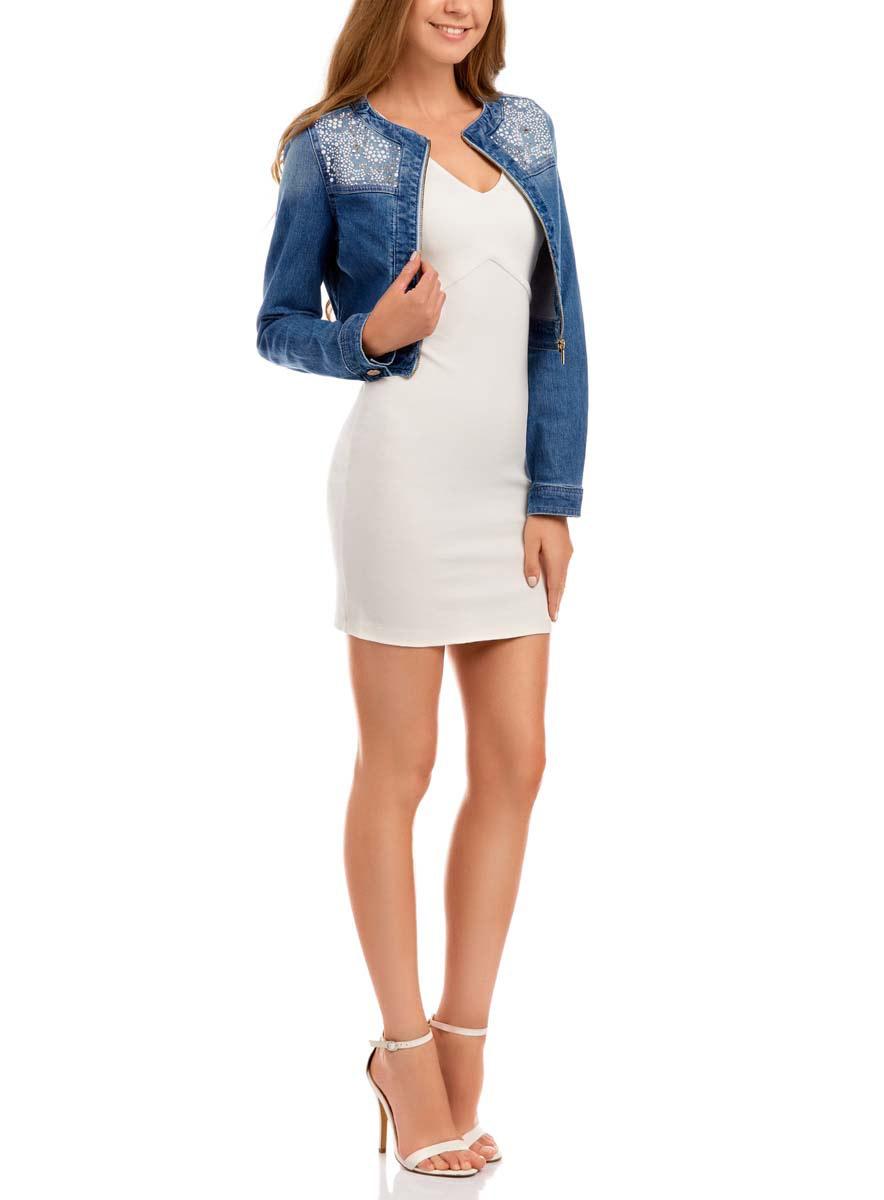 11109024/45369/7512PЖенская джинсовая куртка oodji Denim c длинными рукавами и круглым вырезом горловины выполнена из эластичного хлопка. Модель застегивается на застежку-молнию спереди. Манжеты рукавов куртки застегиваются на пуговицы. Укороченная модель украшена блестящими пластиковыми стразами спереди.