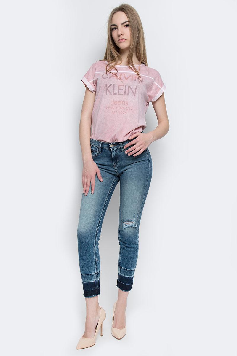 ДжинсыJ20J204669_9113Стильные женские джинсы Calvin Klein Jeans выполнены из хлопка с добавлением полиэстера и эластана. Материал мягкий и приятный на ощупь, не сковывает движения и позволяет коже дышать. Укороченные джинсы-скинни средней посадки застегиваются на пуговицу в поясе и ширинку на застежке-молнии. На поясе предусмотрены шлевки для ремня. Спереди модель оформлена двумя втачными карманами и одним маленьким накладным кармашком, а сзади - двумя накладными карманами. Модель оформлена эффектом потертости, контрастной прострочкой и перманентными складками. Низ изделия выполнен с эффектом необработанного края.