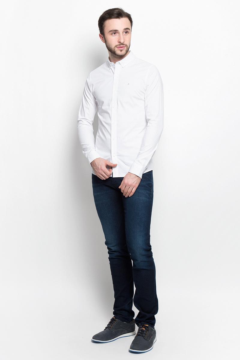 РубашкаJ30J304832_1120Стильная мужская рубашка Calvin Klein Jeans, выполненная из эластичного хлопка, подчеркнет ваш уникальный стиль и поможет создать оригинальный образ. Такой материал великолепно пропускает воздух, обеспечивая необходимую вентиляцию, а также обладает высокой гигроскопичностью. Рубашка модели Extra Slim Fit с длинными рукавами и отложным воротником застегивается спереди на пуговицы. Края воротника пристегиваются к рубашке на пуговицы. Нижняя часть рукавов вместе с манжетами также застегивается на пуговицы. Объем манжет можно регулировать. На груди имеется вышитый логотип бренда. Такая рубашка будет дарить вам комфорт в течение всего дня и послужит замечательным дополнением к вашему гардеробу.