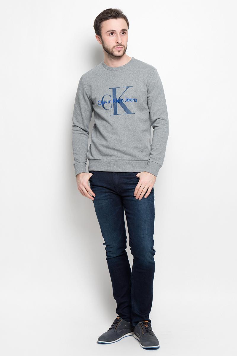 ТолстовкаJ30J301241_3460Стильная мужская толстовка Calvin Klein Jeans изготовлена из натурального хлопка. Лицевая сторона гладкая, изнаночная - с небольшими петельками. Модель с круглым вырезом горловины и длинными рукавами оформлена фирменными принтом и вышивкой. Манжеты рукавов, воротник и низ толстовки дополнены трикотажными резинками.
